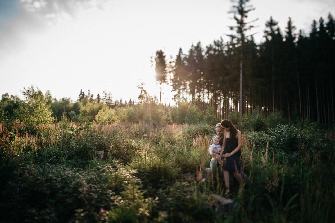 Familienbilder Familienfotos im Wald München Outdoor Familie Kind